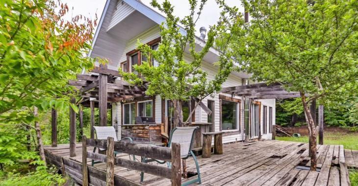 Amoureux du style rustique, vous n'aurez qu'à emménager dans cette maison bâtie au cœur de la nature!