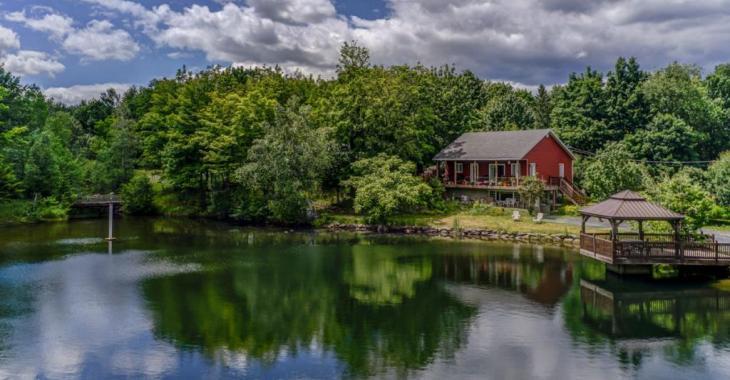 Chaleureux et abordable ; voici votre havre de paix avec son lac privé sur un magnifique terrain boisé de près de 150 000 pc!