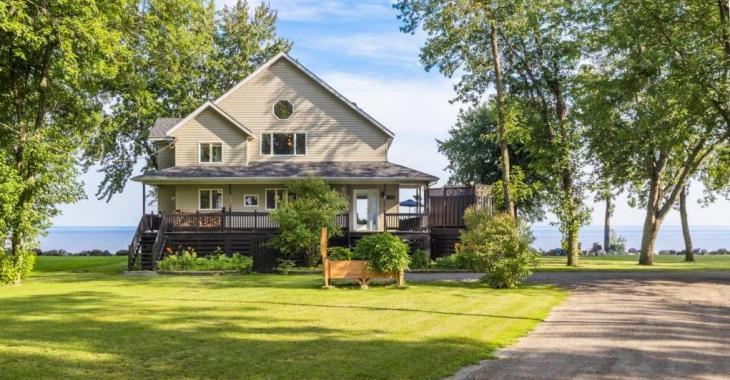 Lumineux cottage riverain aux finitions mi-rustiques mi-modernes érigé dans un environnement enchanteur