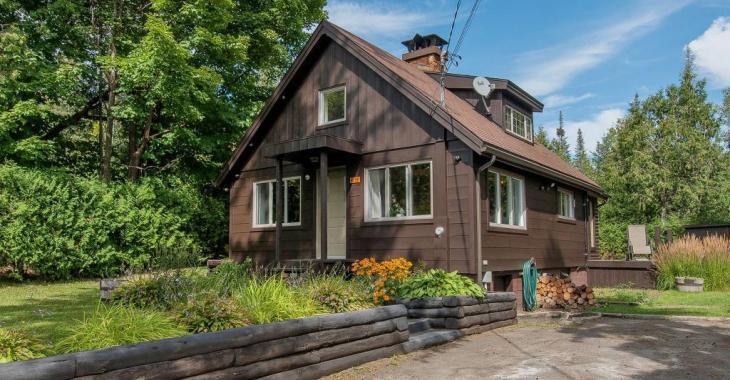 Coup de coeur à 269 000$! Profitez des charmes des Laurentides dans ce cottage entièrement rénové et à 2 pas d'un lac