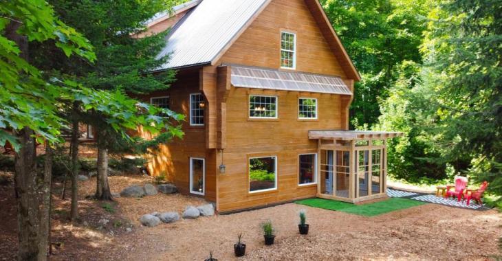 Le calme absolu et la nature à perte de vue vous attendent dans cette chaleureuse maison nichée sur un terrain 98 544 pi²