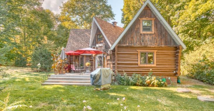 Oasis de paix à 50 minutes de Montréal sur une charmante propriété de plus de 56 000 pi² à vendre pour 269 000 $