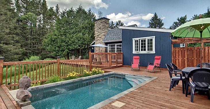 Cette ravissante maison vous charmera avec son intérieur rénové ainsi qu'avec sa piscine creusée chauffée d'inspiration balinaise