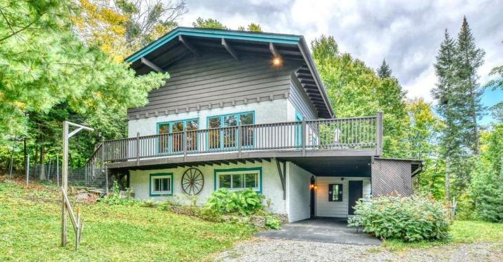 D'inspiration chalet suisse, cette propriété meublée à 320 000$ avec des chevreuils comme voisins vous fera renouer avec la nature