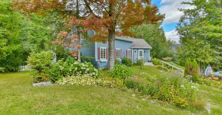 Boiseries, jardins fleuris, 4 chambres: cette chaleureuse demeure au coeur du Domaine Saint-Sauveur se vend 399 000$