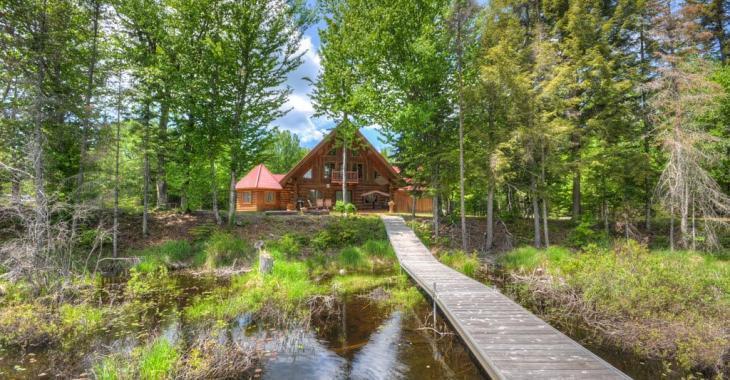 Intimité et tranquillité absolue dans cette magnifique maison en bois rond bordée par le Petit lac de la Carpe
