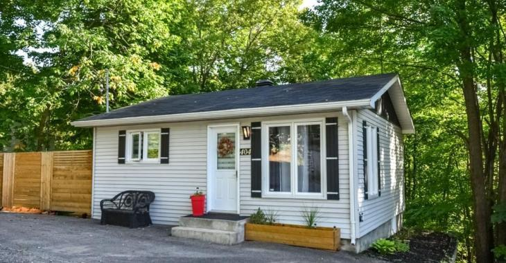 Une aubaine à 159 900$! Coquette maisonnette entièrement rénovée avec grande terrasse et des arbres comme voisins arrière