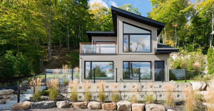Magnifique maison contemporaine vous offrant une vue époustouflante sur l'eau; une propriété située à 45 minutes de Montréal