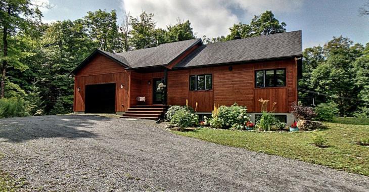 Les résidents de cette maison profitent d'un grand terrain intime ainsi que l'accès à deux lacs parfaits pour la baignade et les balades sur l'eau