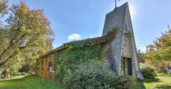 Étonnante église convertie en maison-loft moderne à distance de marche d'une rivière et des sentiers pédestres