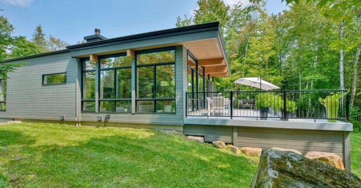 Habitez sur un site enchanteur dans une maison vous offrant des finitions au goût du jour avec une fenestration abondante; un vrai petit coin de paradis