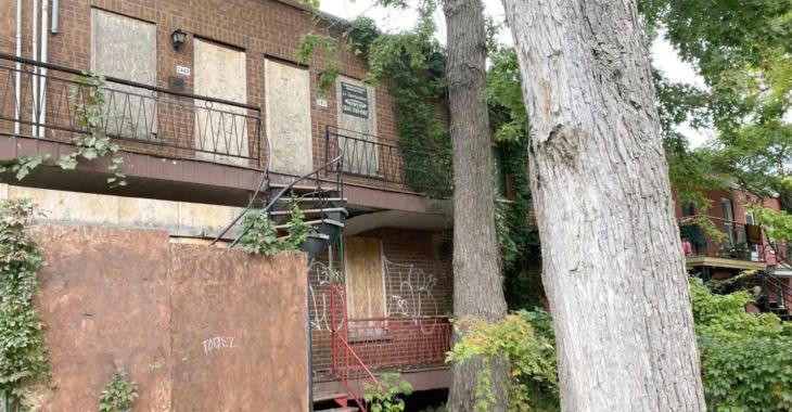 Un triplex en ruine et abandonné à Montréal est à vendre pour... 675 000 $