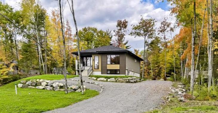 Lumineuse demeure de 4 chambres sise sur un terrain boisé de plus de 56 000 pi² sans voisins arrière