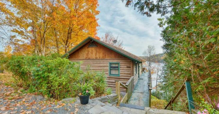 Chaleureuse propriété en bois rond vendue meublée avec quai privé sur un magnifique lac