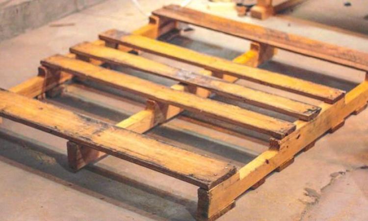 Il transforme cette vieille palette de bois en un accessoire maison merveilleux! Brillant!