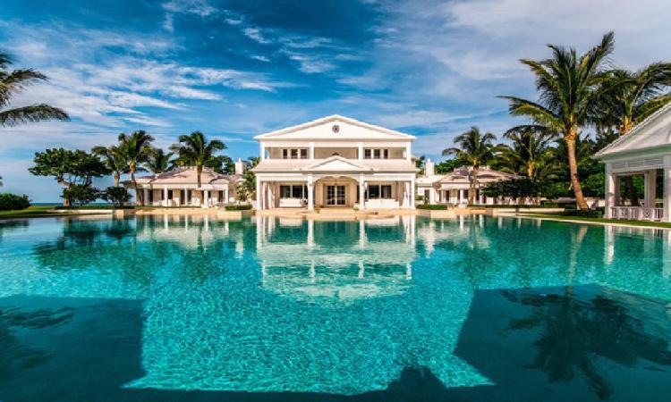 6 acres privées sur le bord de l'Océan Atlantique : Ce palace floridien ayant déjà appartenu à notre Céline nationale est d'un luxe inégalé