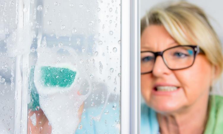 Elle ne frotte plus ses portes de douche... Grâce à ce truc, le Calcaire fond littéralement!