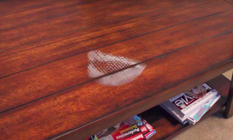 Sa technique pour enlever les taches d'eau sur les meubles en bois est tellement facile!