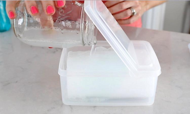 Plutôt qu'utiliser du gel pour les mains, je fabrique des lingettes désinfectantes... Je les adore!