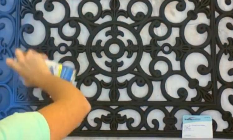 Elle se procure un tapis d'extérieur et le recouvre de peinture bleue. C'est ce qu'elle fait ensuite qui est surprenant!