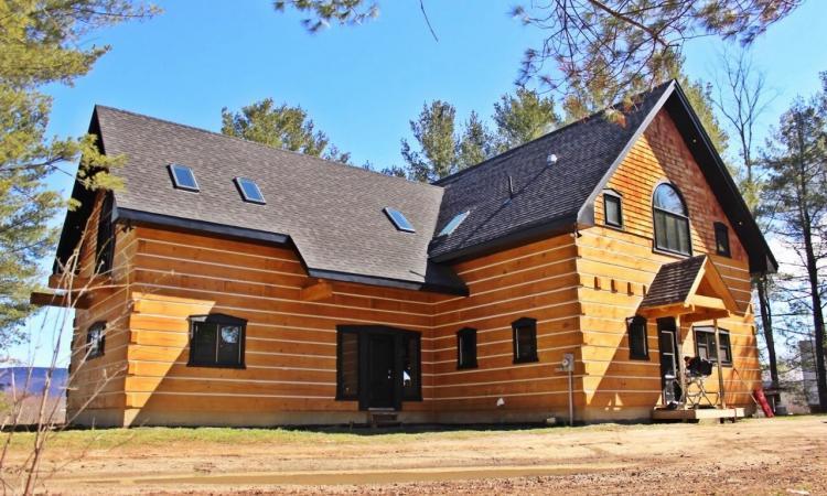 Près de 29 000$ sous l'évaluation! Immense maison à aire ouverte qui a tout pour plaire... Ou presque!