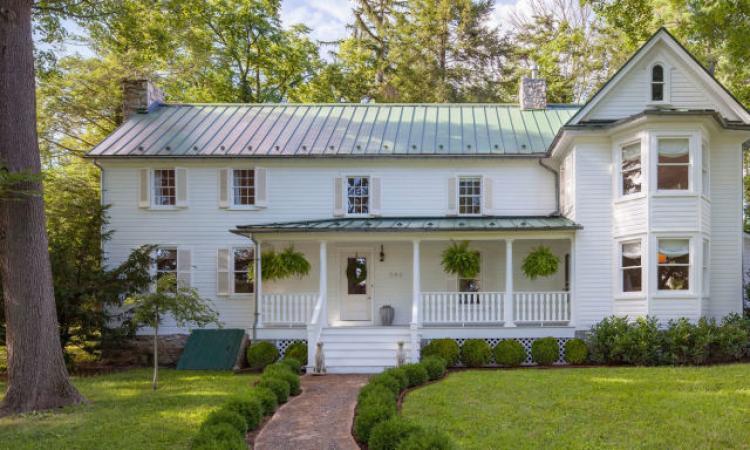 Un couple relooke une maison champêtre à vendre pour la 2e fois en 247 ans! Allez voir l'intérieur, c'est réussi!