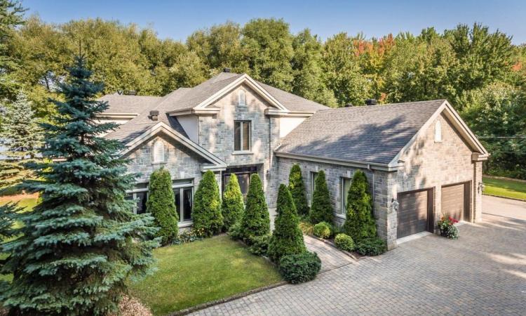 Cette résidence est élégante, mais son terrain enchanteur vaut absolument le coup d'oeil!