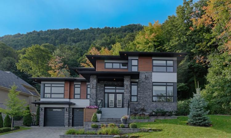 Cette splendide propriété à vendre est située dans un endroit de rêve au pied de la montagne à Mont-Saint-Hilaire.