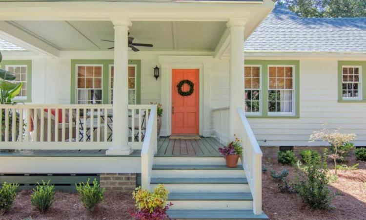 Cette petite maison s'est refaite une beauté; difficile de croire qu'il s'agit de la même maison après la transformation.