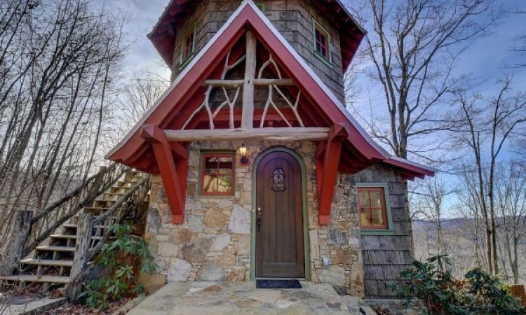 Cette maison possède seulement 850 pieds mais quand on entre à l'intérieur, c'est l'émerveillement assuré!