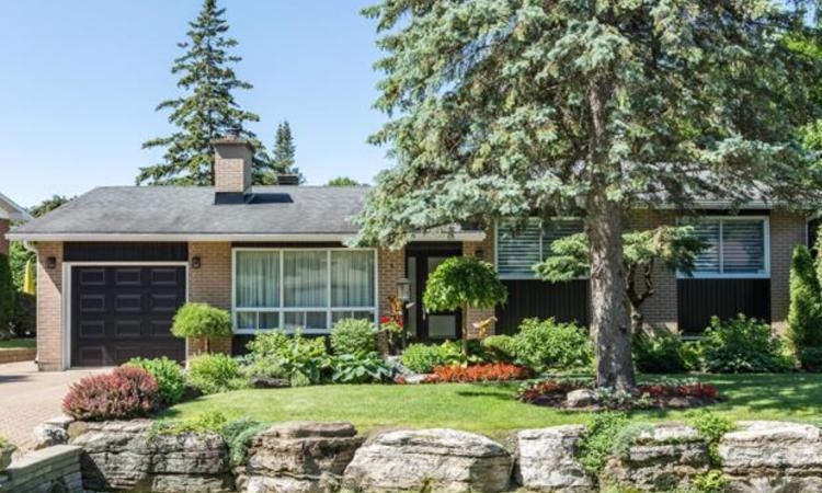 Cette résidence à vendre vous épatera avec sa cour arrière!